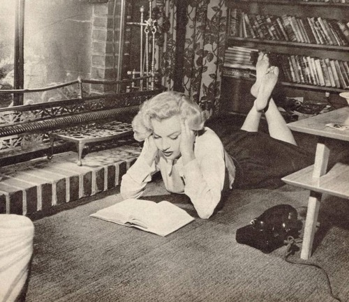 Marilyn Monroe reading 3
