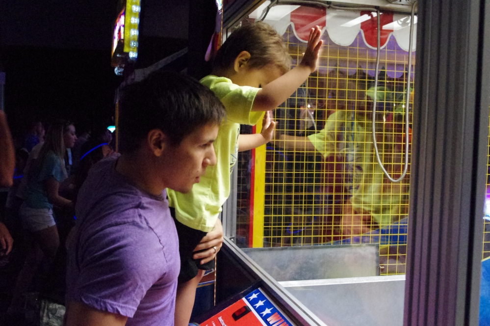 Dave & Buster's Archade Honolulu Hawaii - Things to do - Where to go out - the claw